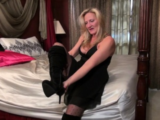 American milf Veronica enjoys dildoing her pussy