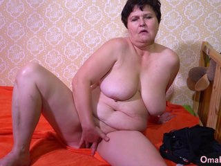 OmaHotel Old solo lesbians posing and masturbate