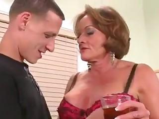 Mamie se tape un jeunot