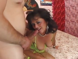 Vieille mature sodomisee